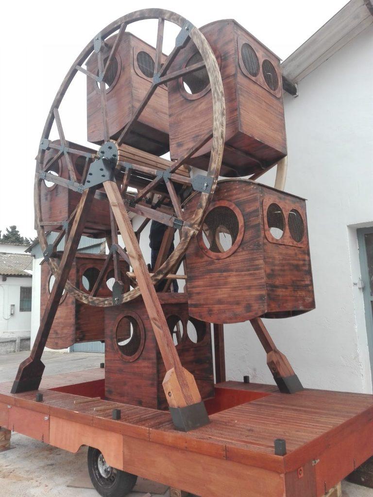 Atracción medieval, noria hecha con madera de Paulonia