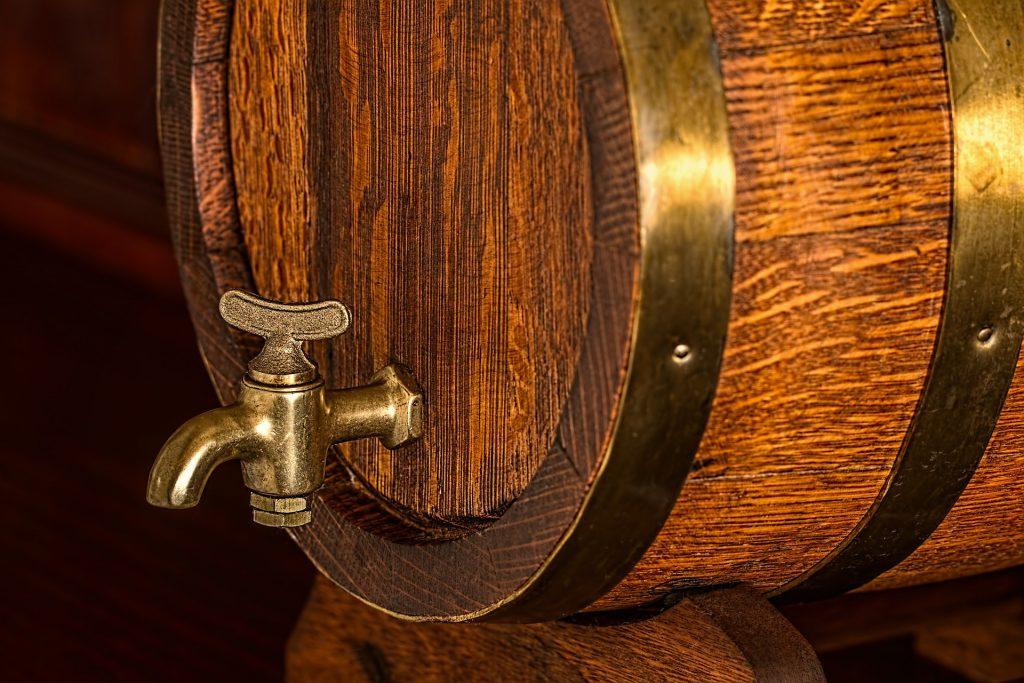 Madera de roble en un barril de cerveza