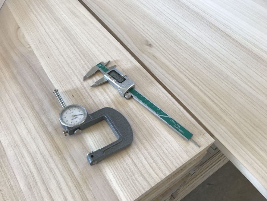 Tablero alistonado o tablas de madera maciza