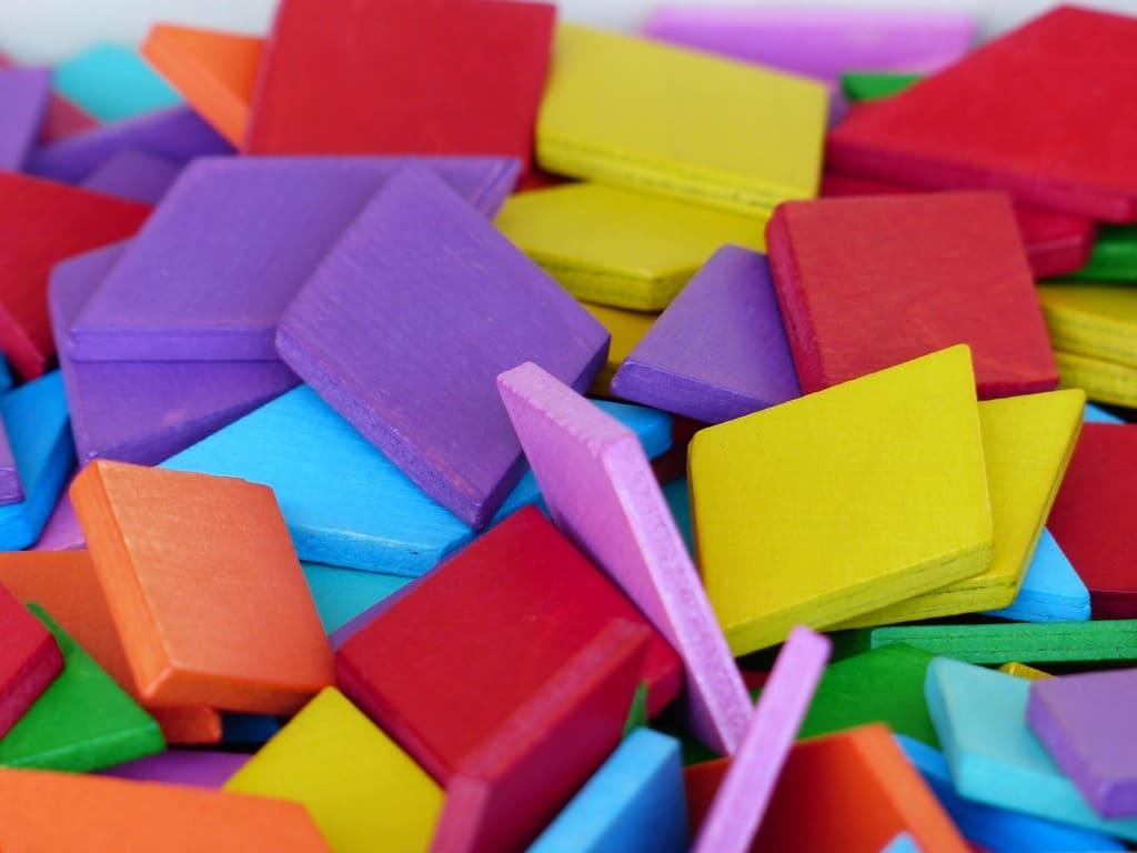 piezas de madera de colores