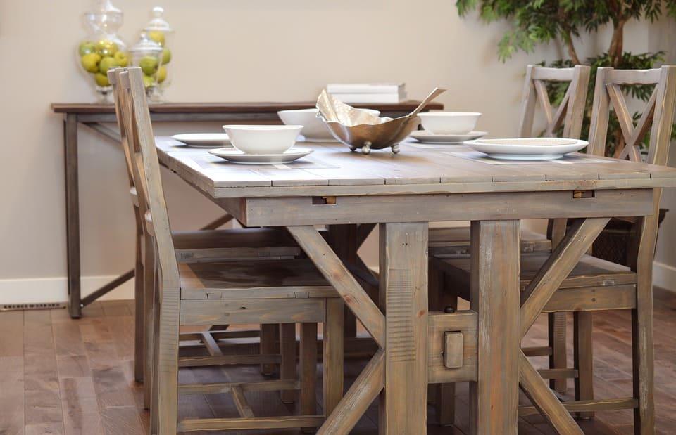 Mesa y sillas con madera sin tratar