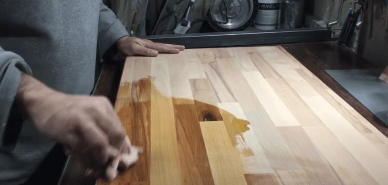 aplicando el aceite de linaza