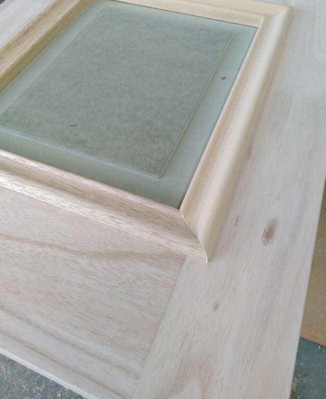 moldura en puerta de madera