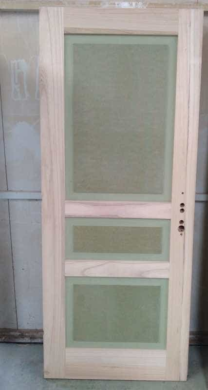 Puerta de madera con agujeros para cerradura