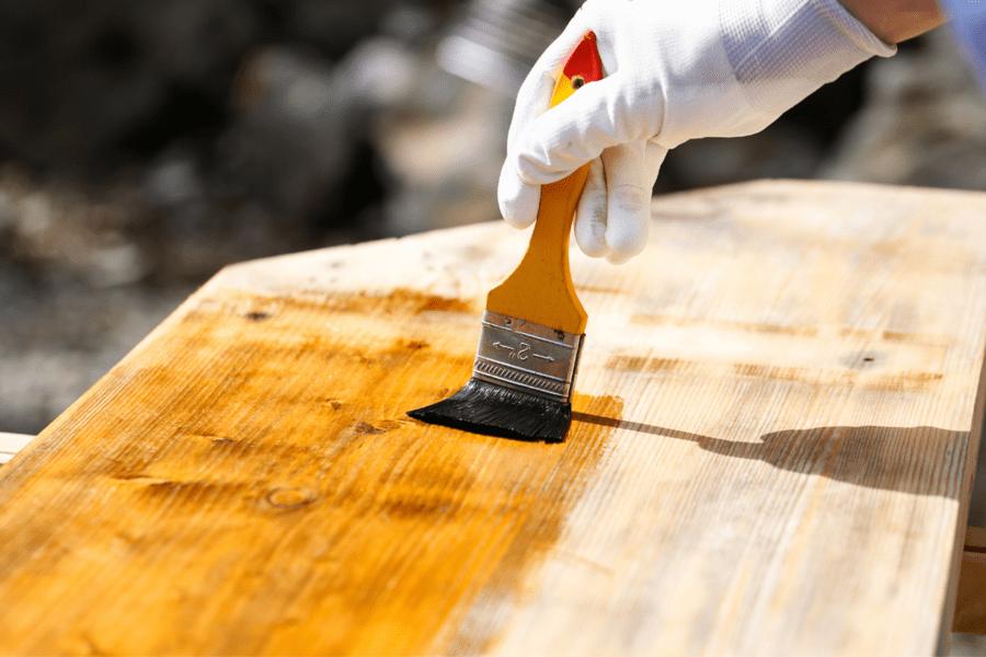 Barnizando madera